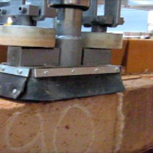 Czyszczenie powierzchni ceramnicznych po procesie wypalania i przed załadunkiem